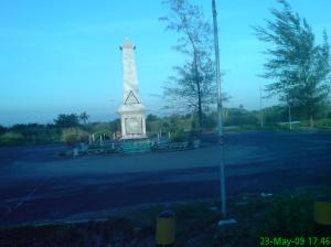 Tugu ini sebagai peringatan perjuangan pejuang Bengkulu melawan penjajah. Berdiri tegak di samping jembatan Sungai Serut.